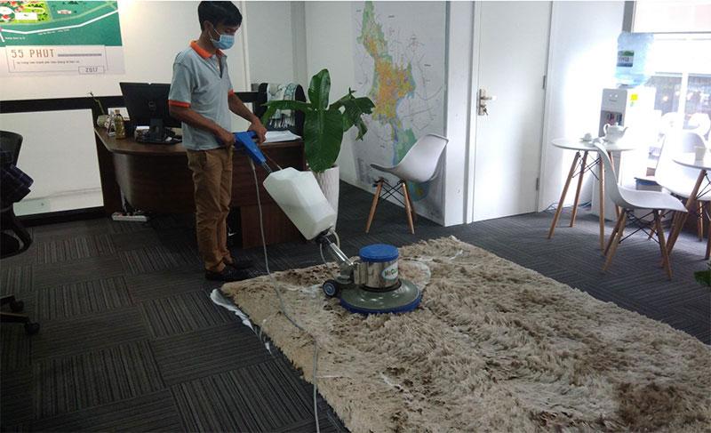 Quá trình giặt thảm văn phòng do nhân viên Yourcare thực hiện